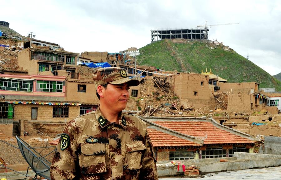 温青在玉树震后重建中.JPG